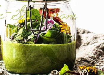 Green gazpacho with nuts
