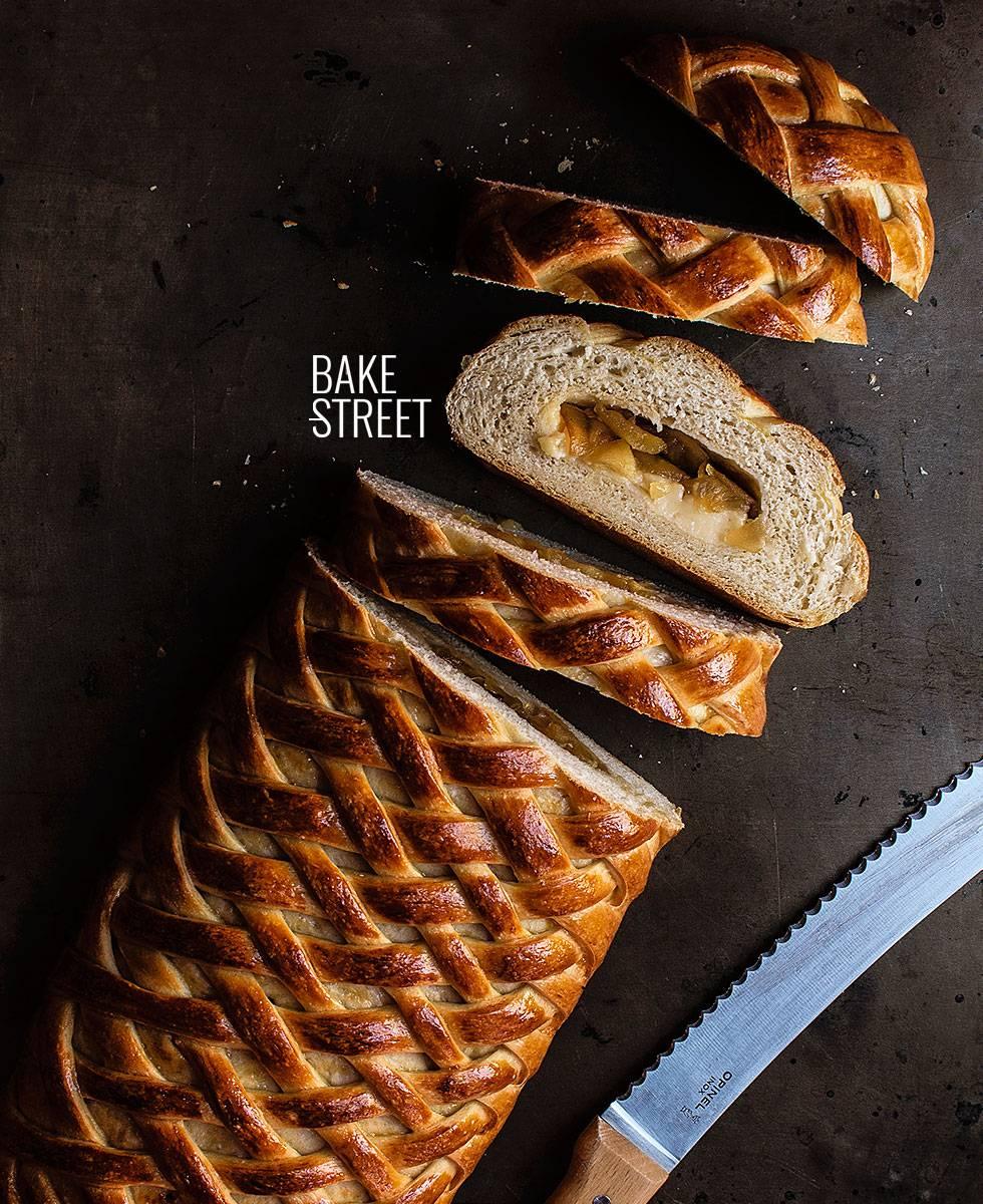 Pan cota de malla con crema y manzana