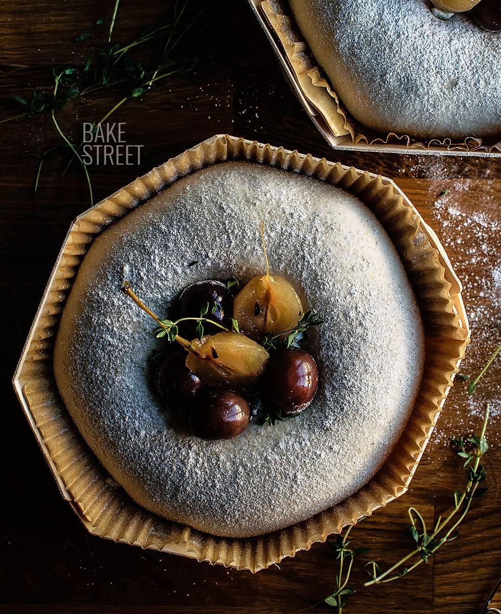 Pan de campo con uvas y queso azul