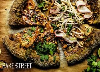 Pizza Thai con masa de espinacas y albahaca