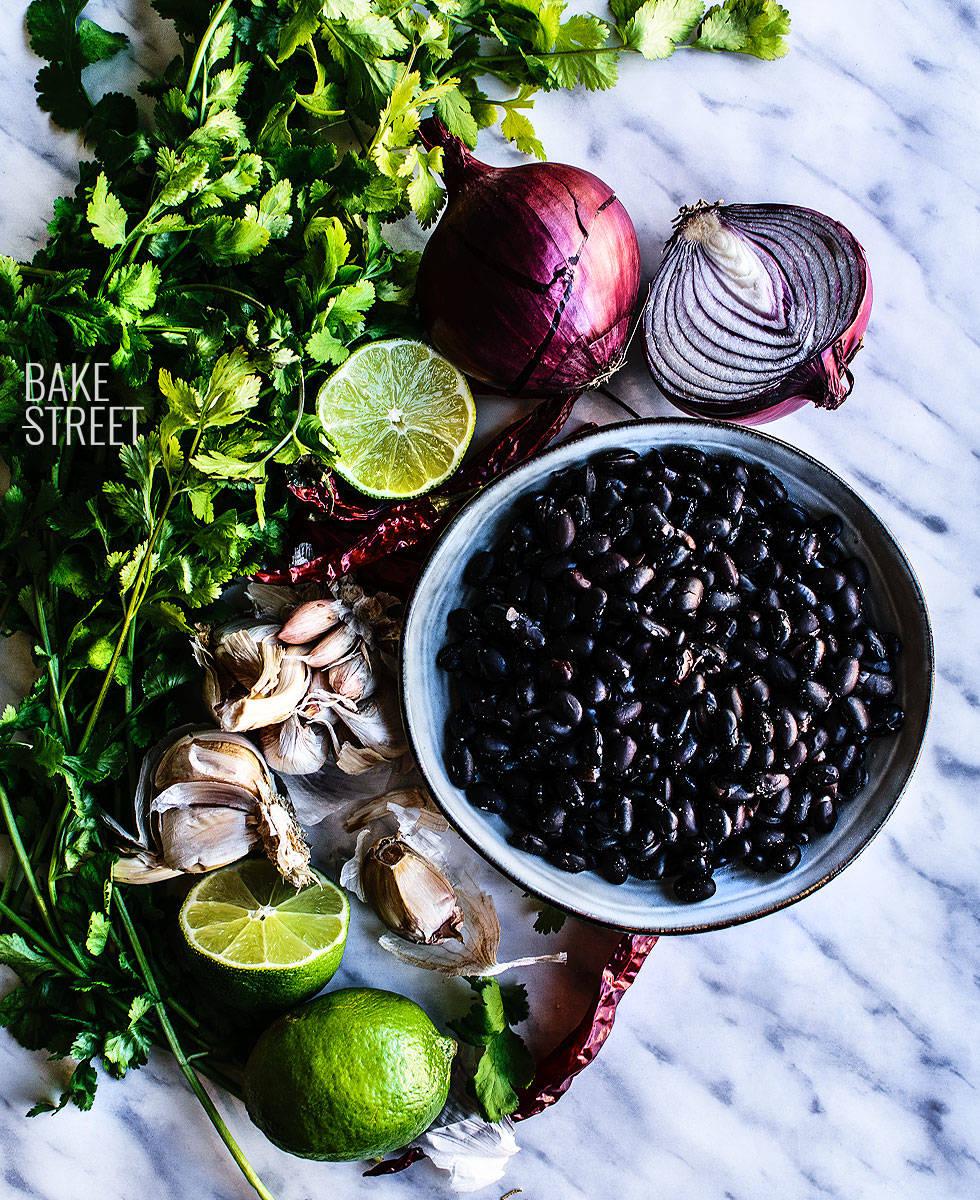 Crepes de espinacas y eneldo con hummus de alubias negras