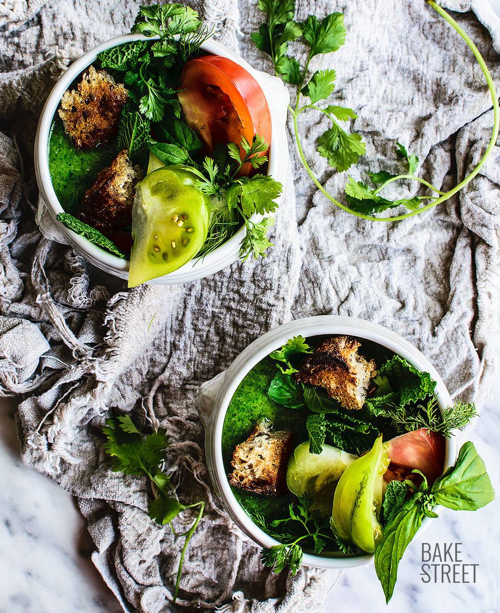 Sopa fría de aromáticas con tomate y pan tostado