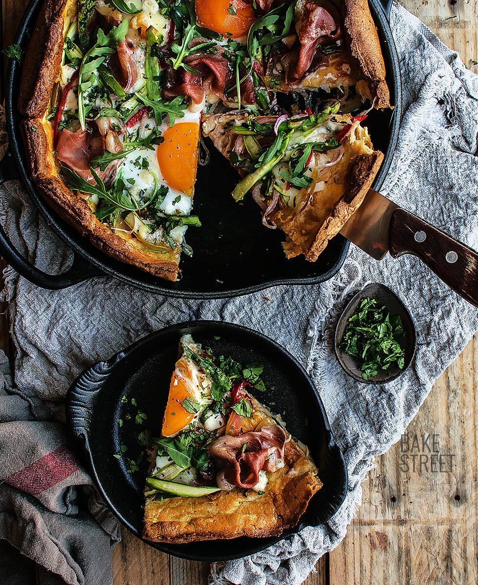Dutch Baby con jamón, espárragos y huevos