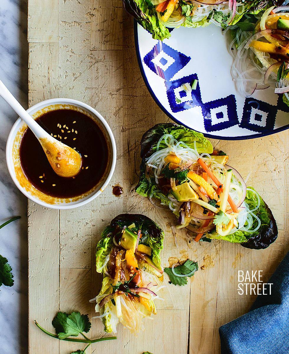 Wrap de lechuga con vermicelli, mango y salsa hoisin-sriracha