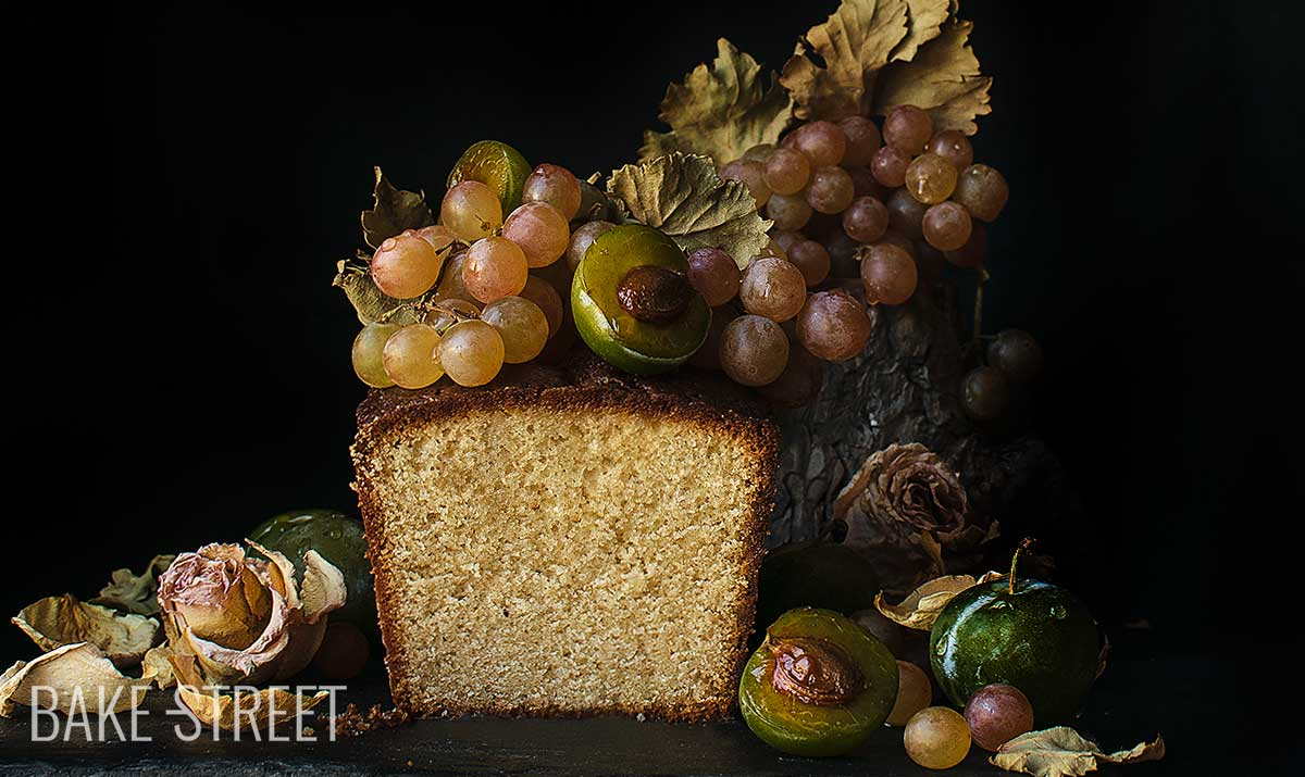 Cabrales sponge cake with raspberry grapes