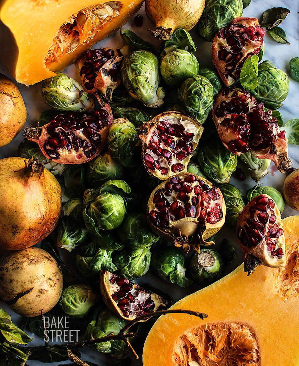 Ensalada templada de coles de Bruselas, granada y vinagreta de manzana
