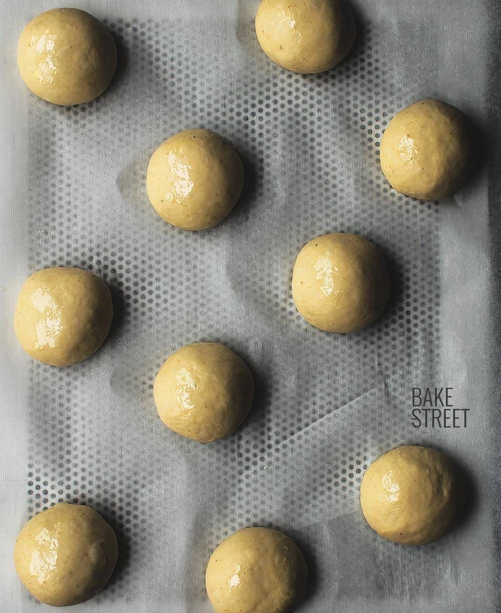 Skoleboller with cream and plum - Skolebrød med plommepasta