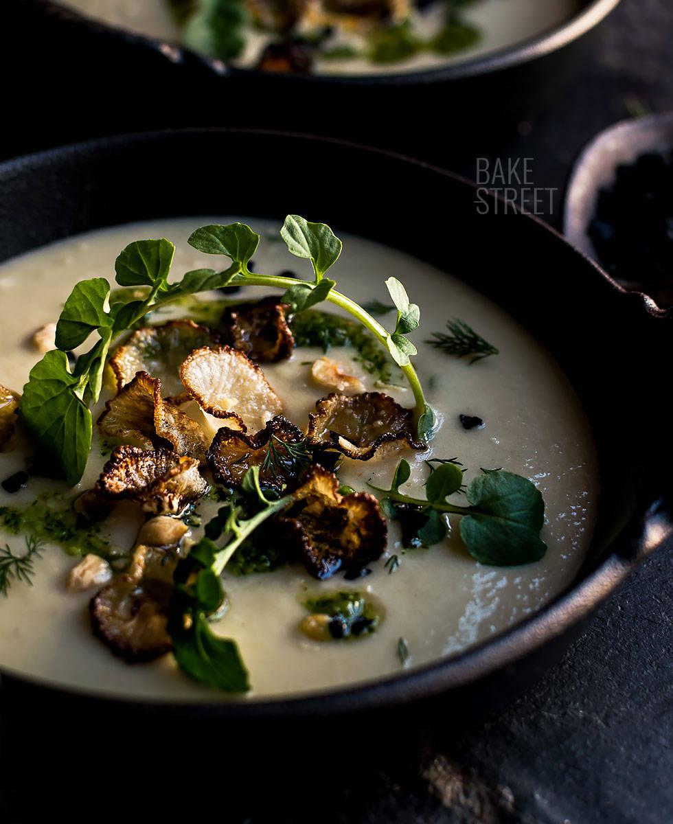 Sopa de tupinambo con pesto y chips de daikon